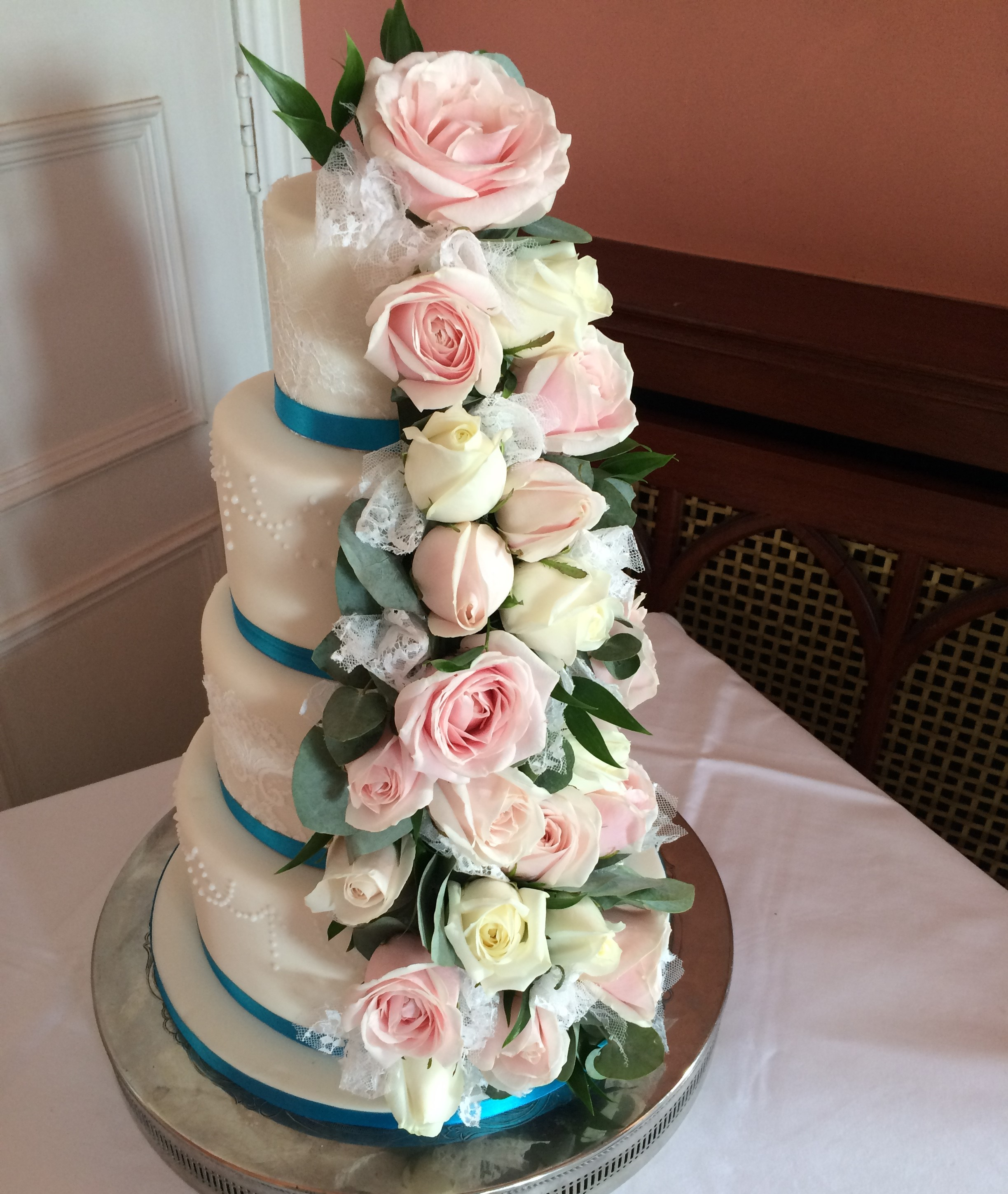 Waterfall flowers down one side of the cake in blush pink and ivory roses cake flowers 4