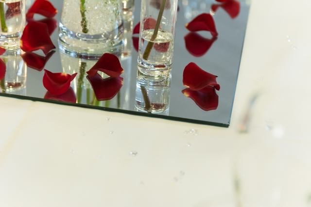 glass mirror plates for hire wedding-flowers-abbey-hotel-redditch